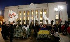 Киев: около Верховной Рады возникли палатки, в столкновениях ранены силовики