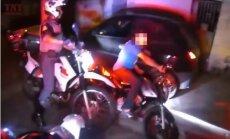 Video izlase: Brazīlijas policijas pakaļdzīšanās motociklistiem