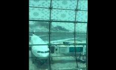 Dubaijā pasažieru 'Boeing 777' veic ārkārtas nosēšanos un aizdegas