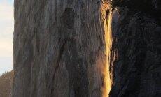 Saulrietā Josemitas ūdenskritums pārtop krāšņā lavas strūklakā