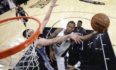 Bertāna pārstāvētā 'Spurs' nonāk vienas uzvaras attālumā no konferences pusfināla