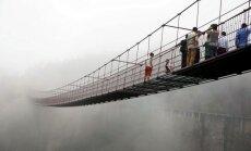 Atklāts pasaulē garākais stikla tilts; tūristiem bailēs sākas panika