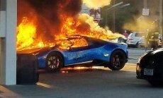 Foto: Minivena vadītāja neuzmanības dēļ ASV nodeg 'Lamborghini' superauto