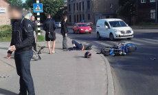 ФОТО: На улице Мазалубанас мотоциклист сбил велосипедиста
