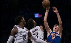 Porziņģis savainojuma dēļ izlaiž 'Knicks' spēles otro puslaiku; Bertānam 10 punkti