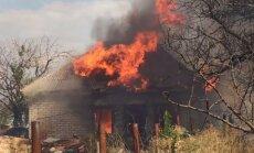 Ukraina apsūdz separātistus ciema apšaudīšanā ar aizdedzinošiem šāviņiem
