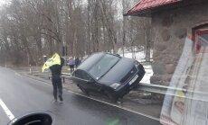 Grobiņas novadā auto 'uzkāries' uz ceļa norobežojošās barjeras
