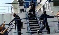 Publiskots video, kā Senegālā tika ieņemts krievu zvejnieku kuģis