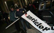 Biedrība 'Latvija par latu' pārtrauc parakstu vākšanu Saeimas atsaukšanai