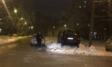 Rīgā automašīna ielido sniega kupenā