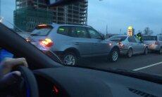 Skanstes ielā avarē trīs automašīnas; aculiecinieki ziņo par sastrēgumiem
