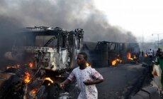 Foto: Lagosā pēc degvielas vedēja avārijas nodeg pussimts automašīnu