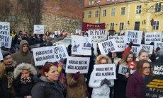 Video: 'Rokas nost no mūsu akadēmijas' – RPIVA studenti iziet ielās