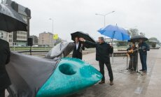 Foto: Rīgā atklāts jauns tēlniecības objekts – milzu bute