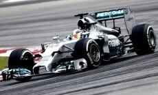 Hamiltons Malaizijas lietū izcīna 'pole position'
