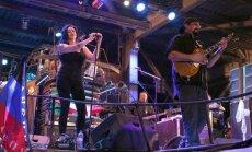 Amerikāņu aktieris Stīvens Sigals sniedz koncertu Krimā