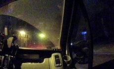 Video: Bolderājā šoferis mēģina aizbēgt no policijas un avarē