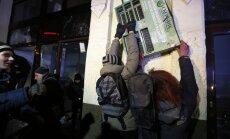 В Киеве митингующие разгромили отделение Сбербанка и салон красоты