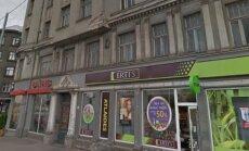 Опасное здание на ул.Бривибас в Риге: прямо над тротуаром раскрошился фасад