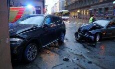 Foto: Pēc divu BMW sadursmes auto ietriecas Marijas ielas graustā
