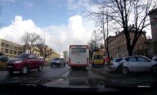 Video: Piecu auto sadursmē Brīvības ielā divi cietušie; satiksme atjaunota