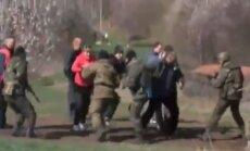 Video: Karavīri atbrīvo ceļu armijas tehnikai