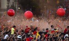 Simtiem tūkstoši fanu sumina Spānijas futbolistus Madrides ielās