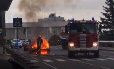 ВИДЕО: В Рижском аэропорту загорелась машина такси, водитель убежал