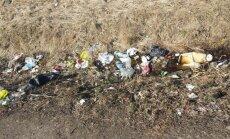 Foto: Ceļa Jēkabpils–Rēzekne nomale pārvēršas izgāztuvē