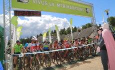 Foto: Milzkalnā aizvadīta labāko Latvijas kalnu riteņbraucēju 'milžu cīņa'