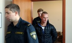 Foto: Patur apcietinājumā arī otru par uzbrukumu Kažociņam aizdomās turēto vīrieti
