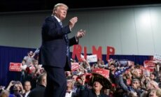 Demokrāti vēršas tiesā pret Trampu par vēlētāju iebiedēšanu