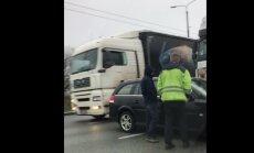 Video: Kravas un vieglās automašīnas sadursme uz Salu tilta