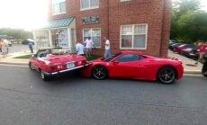 Video: Sieviete savu 'Mercedes' novieto stāvēšanai uz 'Ferrari'