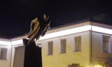 Video: Harkovā nogāzti vēl divi Ļeņina pieminekļi