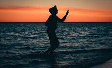 Foto: 'Positivus' apmeklētāji saulrietā bauda festivāla otrās dienas izskaņu