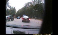 'Cilvēki taču var pamukt malā' – auto Rīgā aiztraucas pa gājēju ietvi
