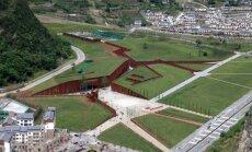 Foto: Mākslīgi radītās zemes plaisās izbūvēts zemestrīces muzejs