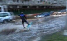 Video: Lietus pārpludinātajās Maskavas ielās izklaidējas adrenalīna mednieki
