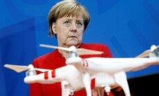 Viltus ziņas veicina populistu popularitāti, brīdina Merkele