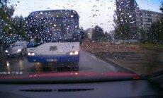 Bīstamais 'Rīgas satiksmes' autobusa manevrs: uzņēmums šoferim izsaka aizrādījumu