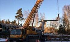 ФОТО: В Скулте демонтируют заброшенный самолет