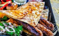 Aprīļa izaicinājums – ļuļa kebabi: kā pagatavot nevainojami sulīgus gaļas iesmiņus