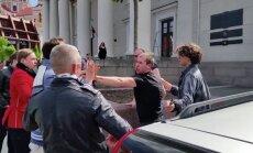 Video: Viļņas centrā pie automašīnas ar Krievijas karogu izceļas kautiņš