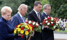 Foto: Baltijas valstu prezidenti un Baidens noliek ziedus pie Brīvības pieminekļa