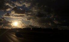 Krāšņi kadri: Saulriets Mārupē pēc lietus