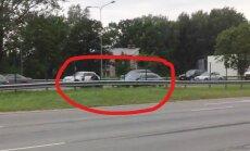 Video: Policija motociklistu apturējusi uz Jūrmalas šosejas trešās joslas