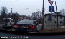 Video: Policisti nobloķē satiksmi krustojumā