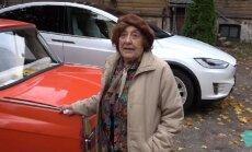 Video: 92 gadus veca igauniete pirmo reizi stūrē importa auto – 'Tesla' elektromobili