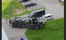 ФОТО: В Вецмилгрависе заблудился американский бензовоз, ехавший на базу